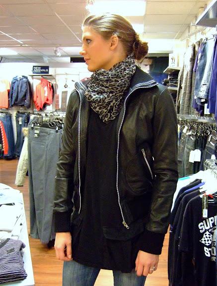 """Vinyl skinnjacka """"Doris"""" 1498 kr Sisters Point scarf 199 kr"""