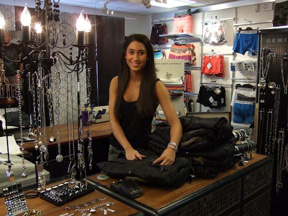 Nadia packar upp kläder