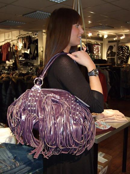 Väska med coola fransar från Cocos 699 kr