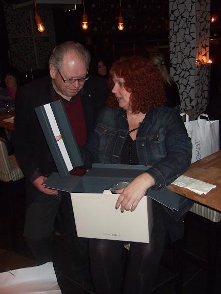 Christer Rapp är nyfiken vad som finns i paketet.....