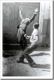 rapazes a jogar à bola Gérard Castello-Lopes