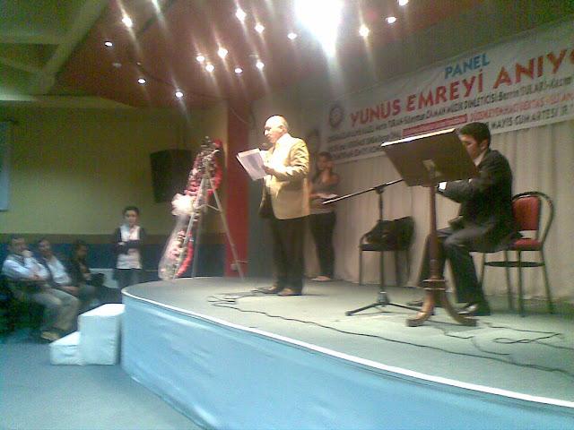 Hac� Bekta� Veli Anadolu K�lt�r Vakf� �stanbul Merkez ( Okmeydan� Cemevi ) taraf�ndan d�zenlenen Yunus Emre�yi An�yoruz Paneli   Resmi b�y�k g�rmek i�in l�tfen t�klay�n�z...