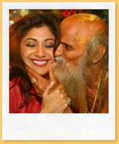 shilpa-visits-temple-and-pundit-ji-showers-his-lov