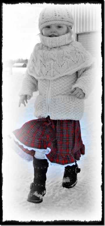 Sunniva løper i snøen rød kjole