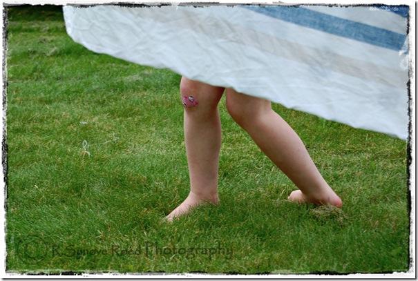 H.V sine føtter rundt sengetøyet