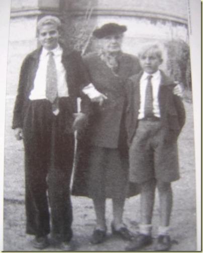 Eulalia en 1953, con Juan Carlos, actual rey de España, y su hermano, el infante don Alfonso.