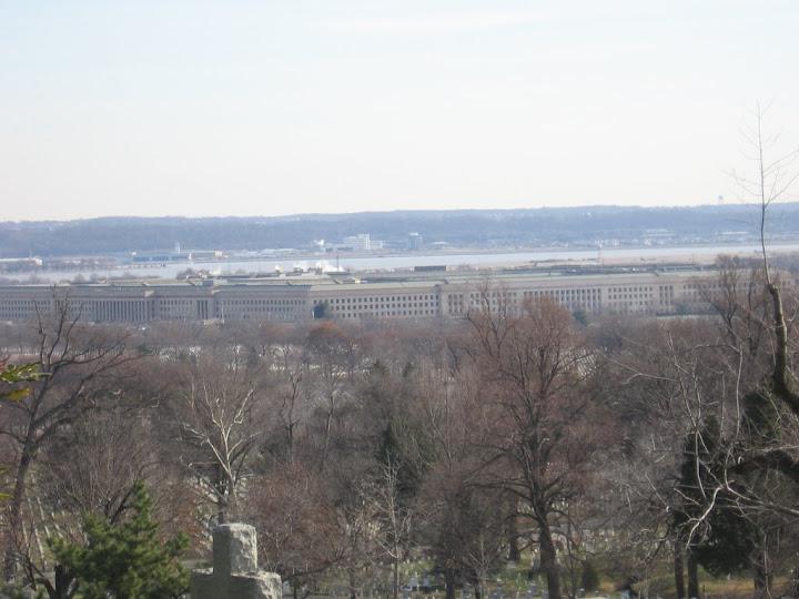 Au loin, le Pentagone