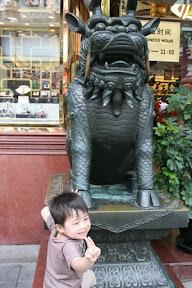 某家金店外招搖的獅子…祐祐問道「我可以騎上去嗎」…看來昨個兒動物園沒騎到大象的陰霾還揮之不去。