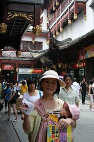 手上拿著的分別是「搭地鐵玩上海」一書,建議出版社外皮打上「兒童不宜」字樣,帶著小魚小小魚一起游上海就夠累了,今日城隍這趟用地鐵直是敗筆,還沒下站就想全身而退也。另一手持「吊鐘燒」,別懷疑就是台灣有名聲的那家,老婆有時買東西還真是讓人摸不著頭緒,去上海吃台灣吊鐘燒…罷了…高興就好,至少這裡買它免排隊。