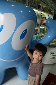 俯拾即是的海寶…yoyo只要是巨型玩偶一定會去親一下的…跟玩偶本身好不好看沒什麼關係。