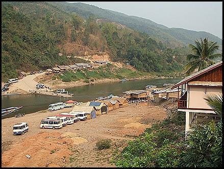 la orilla del río en Muang Khua