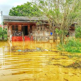 Flood in Kelantan by WAN MOHD SHAHRIDHAN WAN MOHD ANWAR - Instagram & Mobile Android ( disaster, water, hdr, kelantan, flood, house )