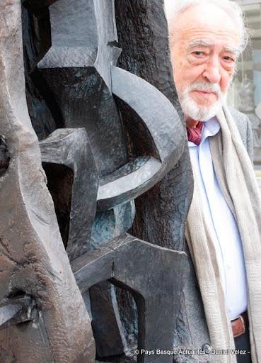 Nestor Basterretxea devant le Musée Basque de Bayonne