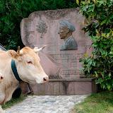 A l'entrée du village la stéle en hommage à Xalbador poéte basque