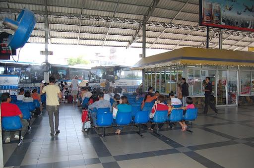 北パタヤバスターミナルのチケット待合 ※写真左上にスチームを出す扇風機