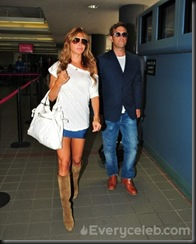 Robbie-Williams-and-Ayda-Field-do-PDA-at-LAX (4)