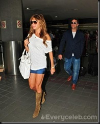 Robbie-Williams-and-Ayda-Field-do-PDA-at-LAX (5)