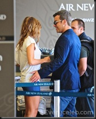 Robbie-Williams-and-Ayda-Field-do-PDA-at-LAX (12)