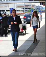 Robbie-Williams-and-Ayda-Field-do-PDA-at-LAX (14)