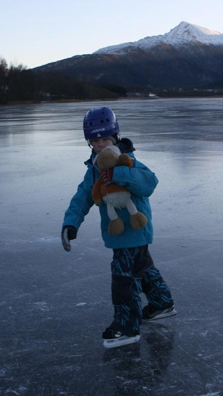 Jonatan og Fluffy på isen