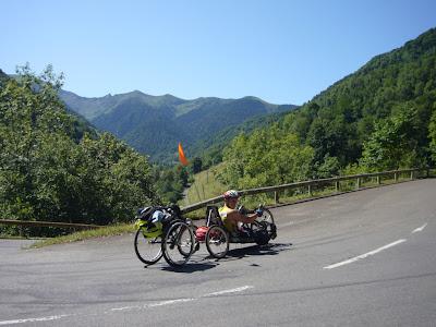 montée d'un col en handbike avec la chaise roulante en guise de remorque