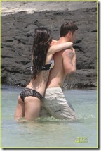 megan-fox-brian-austin-green-kiss-in-kona-04