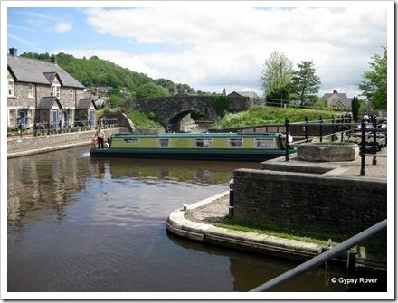 Hire boat winds in Brecon Basin.