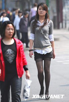 女孩穿着短裤走在西安大街