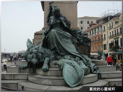 威尼斯海岸邊的精緻雕像