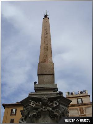 羅馬萬神殿前的巨大方尖碑