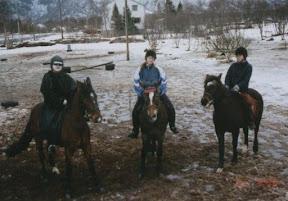 gymkhana6.jpg: Vinner laget kostyme stafettritt 22 mars 1998 Linda på Mulle, Monika på Rappa og ?????? på Girtti