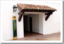 Indicador ubicado junto a la entrada de la Oficina Municipal de Turismo de Almodóvar del Campo.