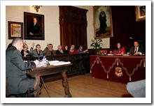 En primer término, Manuel Ruiz Polaino, interventor saliente del Ayuntamiento, en el transcurso del Pleno celebrado anoche.