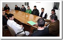 Un momento de la reunión del alcalde y del concejal de obras con empresarios de la localidad para presentarles las directrices de los proyectos.