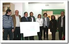 El alcalde de Almodóvar del Campo, Vicente de Gregorio (3i), y la delegada provincial de Educación y Ciencia, Valle Fuentes (4i), junto a profesores del CEIP 'Virgen del Carmen' y los arquitectos que acometerán las obras y representantes del AMPA.