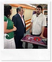 Visita de los ediles almodovareños a la oficina móvil del Centro Gestor de Campañas Agrícolas del SEPECAM, uno de cuyos técnicos avanza a las autoridades municipales resultados de la jornada.