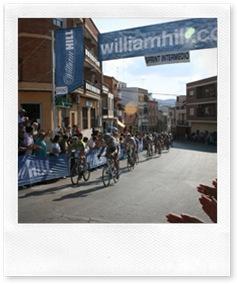 Los ciclistas, disputando el último sprint especial de la jornada ubicado a la altura de la ermita almodovareña de San Antón.