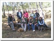 Un grupo de adultos, en un descanso de la recolección.