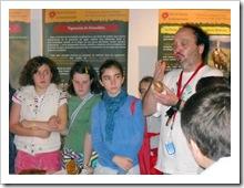 El micólogo Francisco Prieto, ofreciendo información sobre las especies.