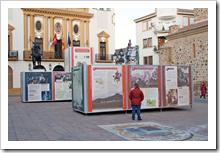 Fotografía de la exposición que luce junto al Ayuntamiento, en la Plaza Mayor de Almodóvar del Campo.