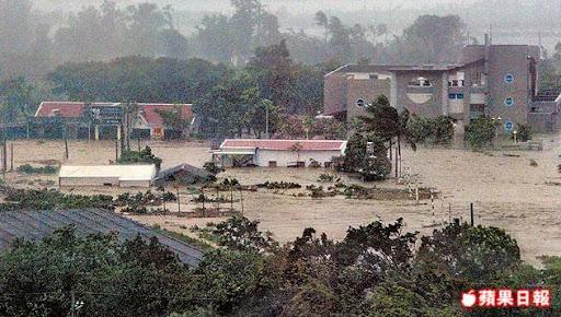 太麻里溪堤防潰堤,造成德其里陷入一片汪洋,周遭建物全遭洪流淹沒。