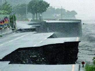 90808-南投縣集集鎮台16線省道濁水溪堤路共構路段遭沖毀200公尺,賣菜的一對父女開小貨車經過時,人車墜溪失蹤。