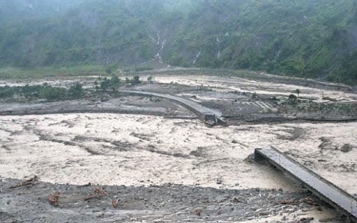 從直升機往下看,甲仙鄉小林村橋斷路毀,觸目所及,都是滾滾黃泥。