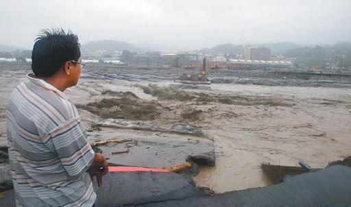 高雄縣甲仙鄉所有聯外道路中斷,甲仙橋遭大水沖斷,家在小林村的劉先生站在橋頭望著斷橋處,評估是否要徒步越溪,找尋家人下落。