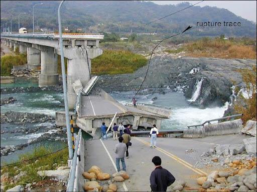 921地震造成近百公里長的斷層崖,圖中黑線即為車籠埔斷層。陳文山提供