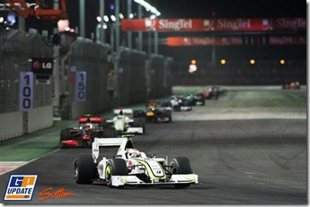 Barrichello_frente_Button_138514