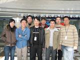 后来招入了三个人:懿洁(左一)、徐俊(左三)及胜亮(右三)。司徒东(右四)是公司负责多个团队的经理。忠钢(左四)是队长,他及向辉(右一)则是从北京过来给团队培训的师傅级人马。