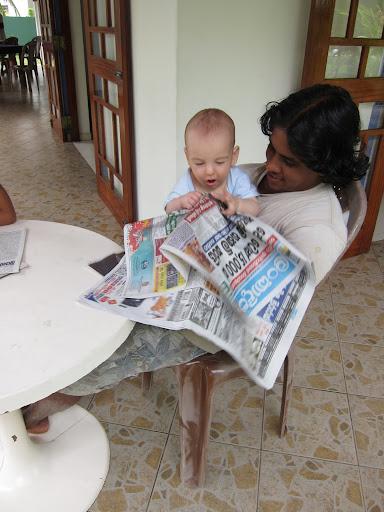 Лиам чита новине