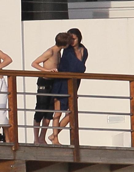 Justin Bieber y Selena Gomez Besandose