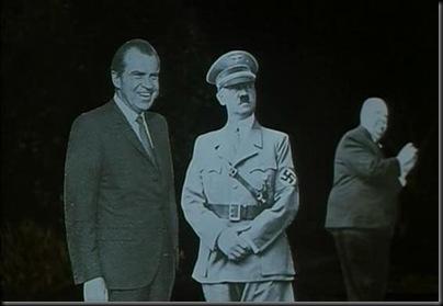 Lo que no comprendo es qué hace Alfred Hitchcock al fondo a la derecha.